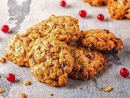 Бисквити с овесени ядки и сушени червени боровинки
